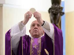Jezus nie zdejmuje z nas krzyża, niesie go z nami